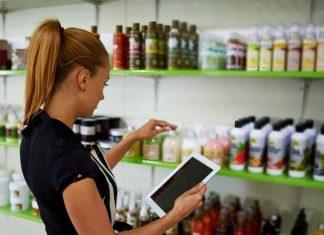 mujer utilizando iPad para hacer las compras